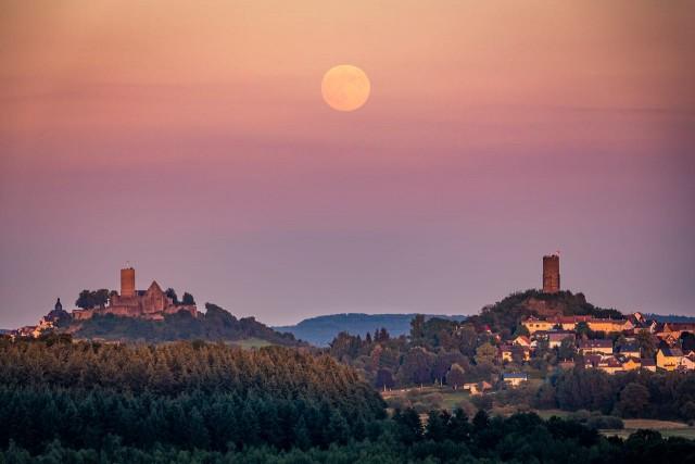 Mondaufgang zwischen Burg Gleiberg und Burg Vetzberg