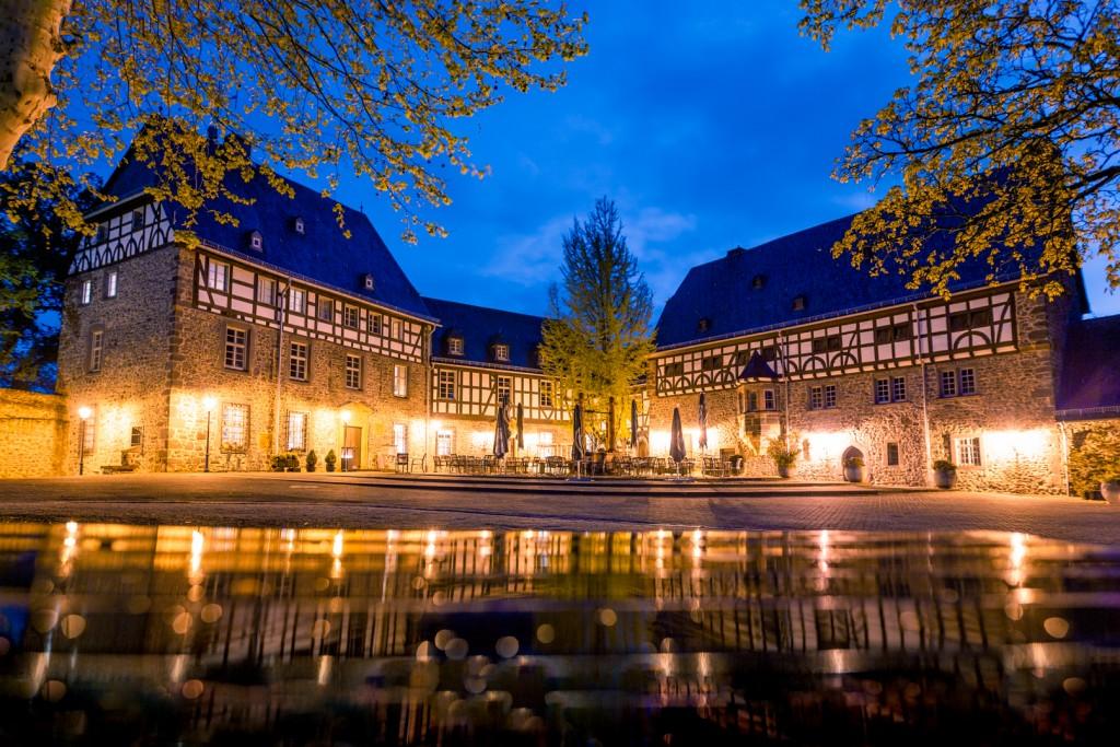 Ein Bild der Kompturei des Kloster Schiffenberg nahe Gießen. Das Bild ist kurz vor Sonnenuntergang entstanden. Durch die Wolken ist der Himmel schön blau und spiegelt in der Nässe des letzten Regens.