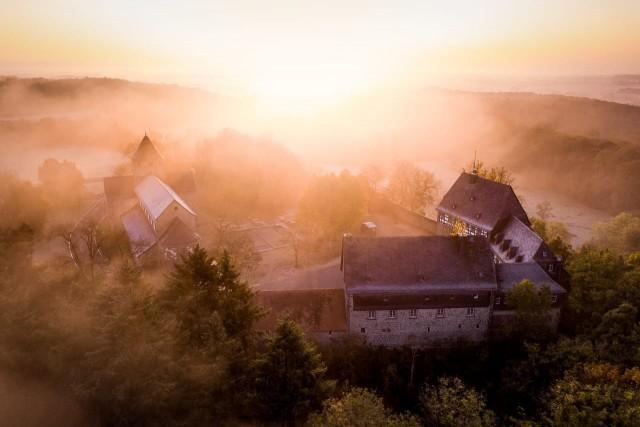 Das Kloster Schiffenberg im morgendlichen Nebel