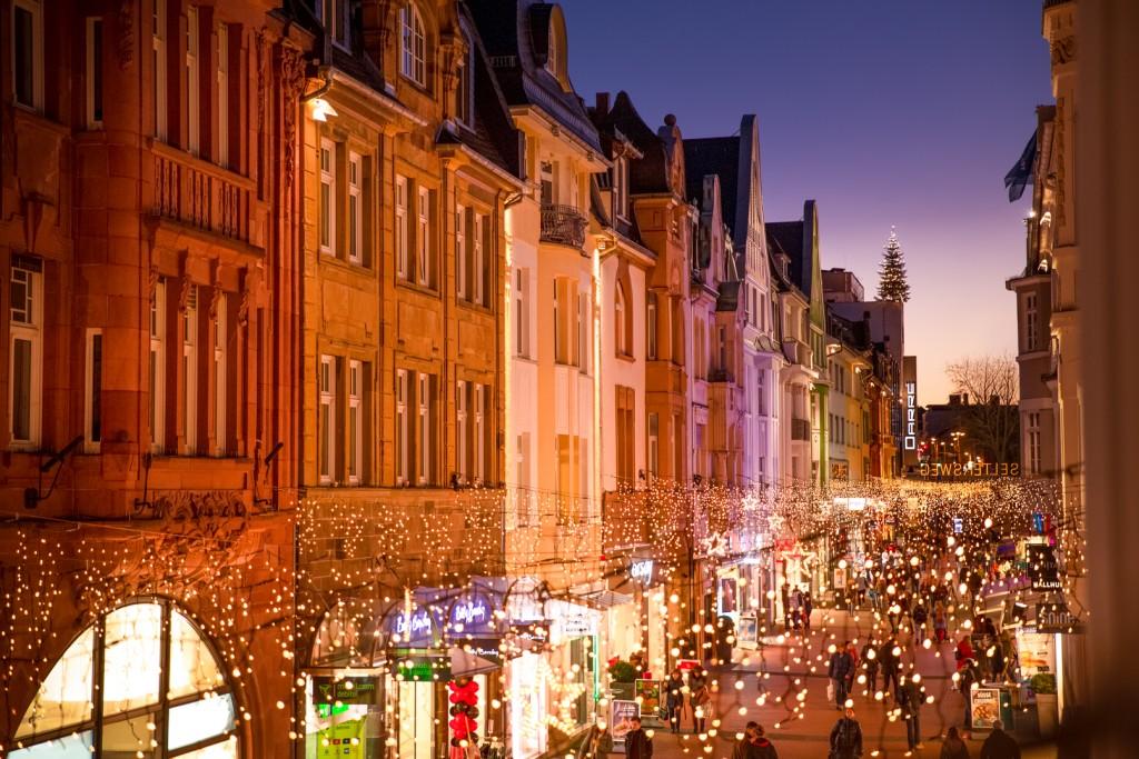 Ein Bild des Selterswegs in Gießen zur Weihnachtszeit. Der Himmel ist klar und die Lichterketten erleuchten den Seltersweg schön warm.